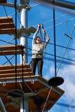 La muchacha valiente del adolescente está subiendo al parque de atracciones Foto de archivo libre de regalías