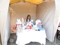 La muchacha vende los juguetes hechos en casa Imagen de archivo