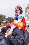 La muchacha vestida como una princesa, se sienta en sus hombros del ` s del padre Imagen de archivo