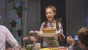 La muchacha viene almorzar sitio pone la empanada en frente de la familia almacen de metraje de vídeo