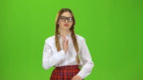 La muchacha viste los vidrios y a los ligones Pantalla verde almacen de video