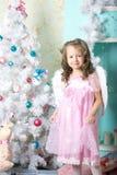 La muchacha viste para arriba el árbol de navidad Fotografía de archivo