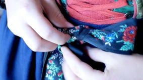 La muchacha viste un vestido tirolés complejo, típico de las áreas alpinas tradicionales del Tyrol almacen de metraje de vídeo