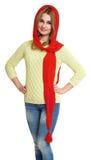 La muchacha vistió el casquillo rojo y la bufanda de lana que presentaban en estudio en el fondo blanco Fotos de archivo