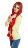 La muchacha vistió el casquillo rojo y la bufanda de lana que presentaban en estudio en el fondo blanco Fotos de archivo libres de regalías
