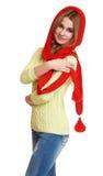 La muchacha vistió el casquillo rojo y la bufanda de lana que presentaban en estudio en el fondo blanco Imágenes de archivo libres de regalías