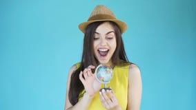 La muchacha vuelve el globo metrajes