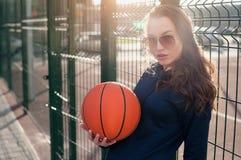 La muchacha y la bola del baloncesto Imágenes de archivo libres de regalías