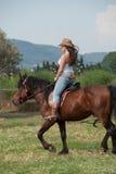 La muchacha y el caballo Imagenes de archivo