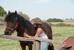 La muchacha y el caballo Foto de archivo libre de regalías