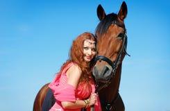 La muchacha y el caballo hermosos Imágenes de archivo libres de regalías