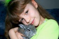 La muchacha y el conejo Foto de archivo libre de regalías