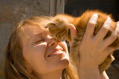 La muchacha y el gatito Imagenes de archivo