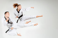 La muchacha y el hombre del karate con las correas negras Fotografía de archivo libre de regalías
