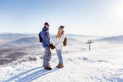 La muchacha y el individuo en la estación de esquí Foto de archivo