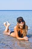 La muchacha y el mar. Fotografía de archivo libre de regalías