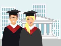 La muchacha y el muchacho en vestido gradúan en el fondo de la universidad Fotografía de archivo