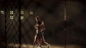 La muchacha y el muchacho están entrenando a la lucha los artes marciales luchan sin reglas en batalla de la jaula sin reglas almacen de video
