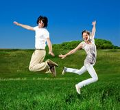 La muchacha y el muchacho están saltando Fotografía de archivo