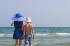 La muchacha y el muchacho fueron al mar Fotografía de archivo libre de regalías