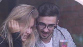 La muchacha y el muchacho que hablan en café y hacen el selfie almacen de metraje de vídeo