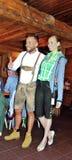La muchacha y el muchacho se vistieron en tirolés típico de la ropa Foto de archivo