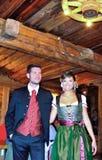 La muchacha y el muchacho se vistieron en tirolés típico de la ropa Imagen de archivo libre de regalías