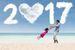 La muchacha y el padre celebran el Año Nuevo 2017 Fotografía de archivo