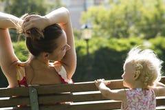 La muchacha y la mujer en el parque Imágenes de archivo libres de regalías