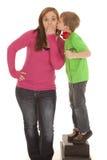 La muchacha y la rosa joven del control del muchacho besan la mejilla foto de archivo