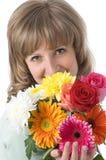La muchacha y las flores imagen de archivo
