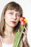 La muchacha y los tulipanes Imagenes de archivo