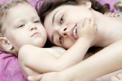 La muchacha y su madre son relajantes en el parque Imagen de archivo libre de regalías