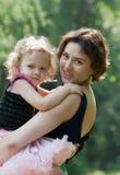 La muchacha y su madre son relajantes en el parque Imagen de archivo