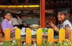 La muchacha y su novio almuerzan en restaurante Imagen de archivo