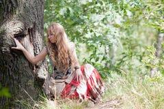La muchacha y un árbol Fotos de archivo