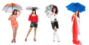 La muchacha y un paraguas azul marino Foto de archivo libre de regalías