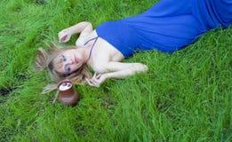 La muchacha y una fresa en leche Imagen de archivo libre de regalías