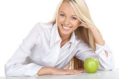 La muchacha y una manzana verde Foto de archivo libre de regalías