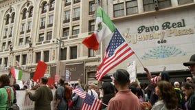 La muchedumbre agita banderas en la reunión