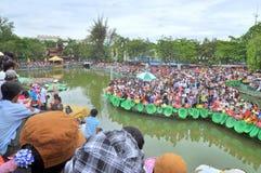 La muchedumbre de budistas está ofreciendo incienso a Buda con mil manos y mil ojos en el Suoi Tien parquean en Saigon Imágenes de archivo libres de regalías