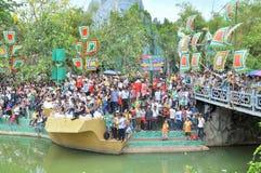 La muchedumbre de budistas está ofreciendo incienso a Buda con mil manos y mil ojos en el Suoi Tien parquean en Saigon Fotos de archivo libres de regalías