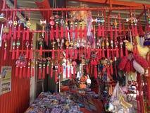 La muchedumbre de campanas afortunadas que esperan para satisfacer a los compradores desea Fotos de archivo libres de regalías
