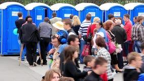 La muchedumbre de gente acerca a retretes públicos al aire libre almacen de video