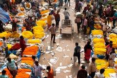 La muchedumbre de gente compra y vende flores Imagen de archivo libre de regalías