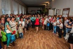 La muchedumbre de gente en el baile de fin de curso en la escuela, en el centro del alumno es feliz Imagenes de archivo
