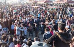 La muchedumbre de gente se goza en el cuadrado de Eminonu Fotografía de archivo libre de regalías