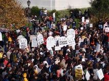 la muchedumbre de manifestantes lleva a cabo muestras y la cuota de la reunión aumenta del franco Imagenes de archivo