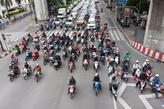 La muchedumbre de motos se coloca en semáforo rojo Imágenes de archivo libres de regalías