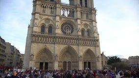 La muchedumbre de turistas acerca al Notre-Dame de Paris hermoso, panorama de la catedral metrajes